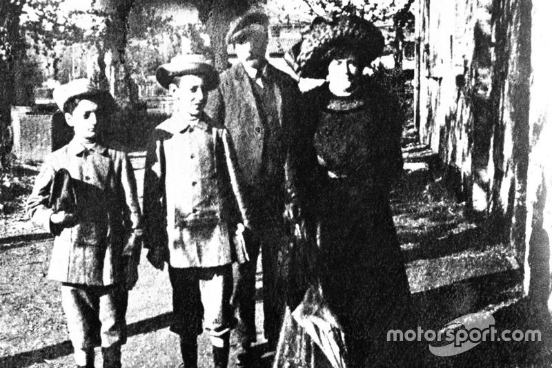 Enzo Ferrari (primo a sinistra) con la sua famiglia, probabilmente all'epoca della sua prima comunione, intorno al 1906