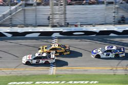 Brad Keselowski, Team Penske Ford Fusion, Erik Jones, Joe Gibbs Racing Toyota, Chase Elliott, Hendri
