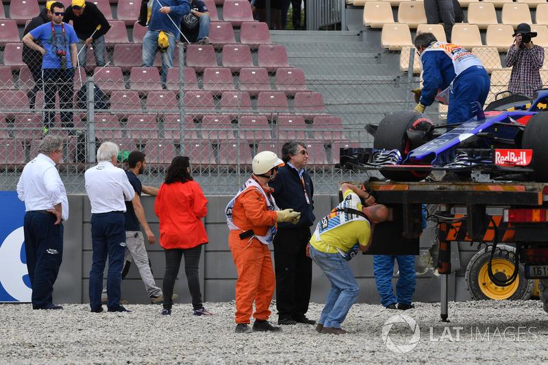 Charlie Whiting, delegado de la FIA observa el sitio del accidente de Brendon Hartley, Scuderia Toro Rosso STR13