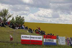 Kibice Roberta Kubicy, Williams Martini Racing, przekazują wiadomość na fladze