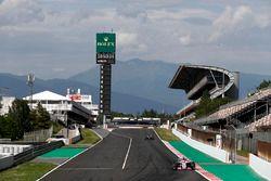 Nicholas Latifi, Force India VJM11, leads Lewis Hamilton, Mercedes AMG F1 W09