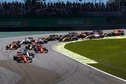 Sebastian Vettel, Ferrari SF70H, Valtteri Bottas, Mercedes AMG F1 W08, Kimi Raikkonen, Ferrari SF70H, Max Verstappen, Red Bull Racing RB13, Fernando Alonso, McLaren MCL32, et le reste du peloton au départ