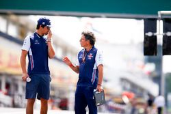 Lance Stroll, Williams Racing, camina en la pista con Luca Baldisserri, ingeniero, Williams F1