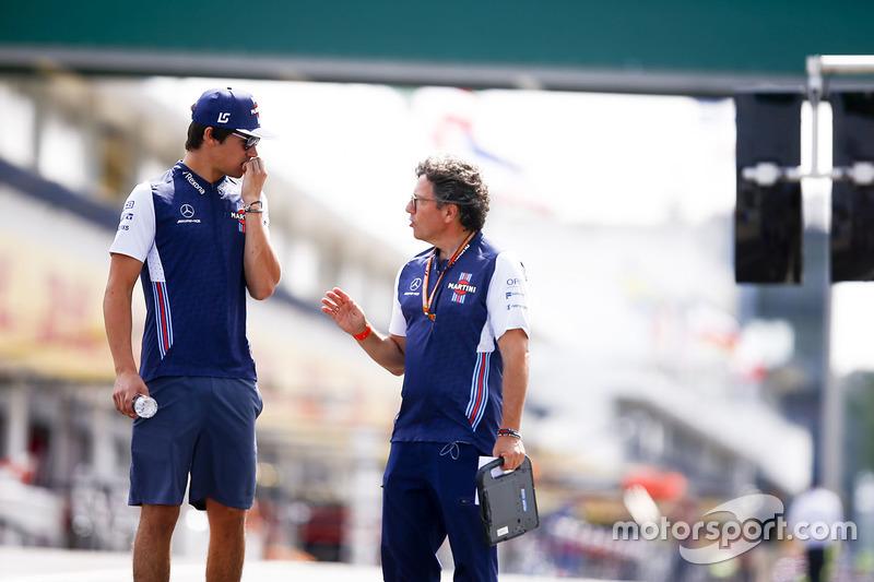 Lance Stroll, Williams Racing, camina en la pista con Luca Baldisserri, ingeniero, Williams F1