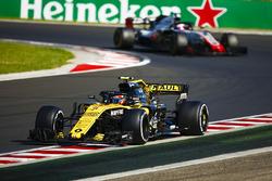 Carlos Sainz Jr., Renault Sport F1 Team R.S. 18, devant Kevin Magnussen, Haas F1 Team VF-18