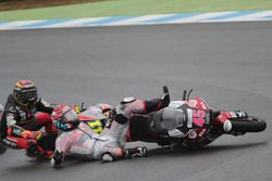 Tetsuta Nagashima, SAG Racing Team crashes in front of Sandro Cortese, Dynavolt Intact GP