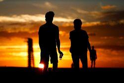 Lance Stroll, Williams, cammina lungo la pista al tramonto