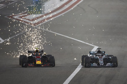 Max Verstappen, Red Bull Racing RB14 Tag Heuer,sypie iskrami z podłogi auta podczas walki z Lewisem Hamiltonem, Mercedes