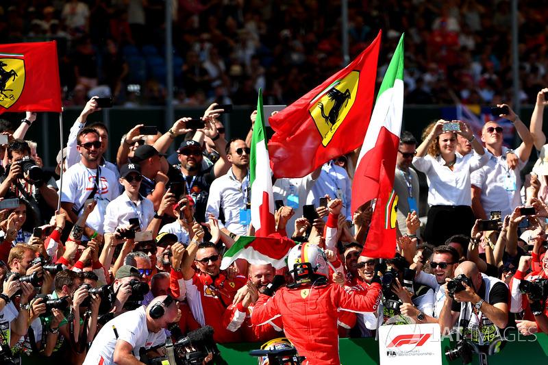 El ganador: Sebastian Vettel, Ferrari y Lewis Hamilton, Mercedes-AMG F1 W09