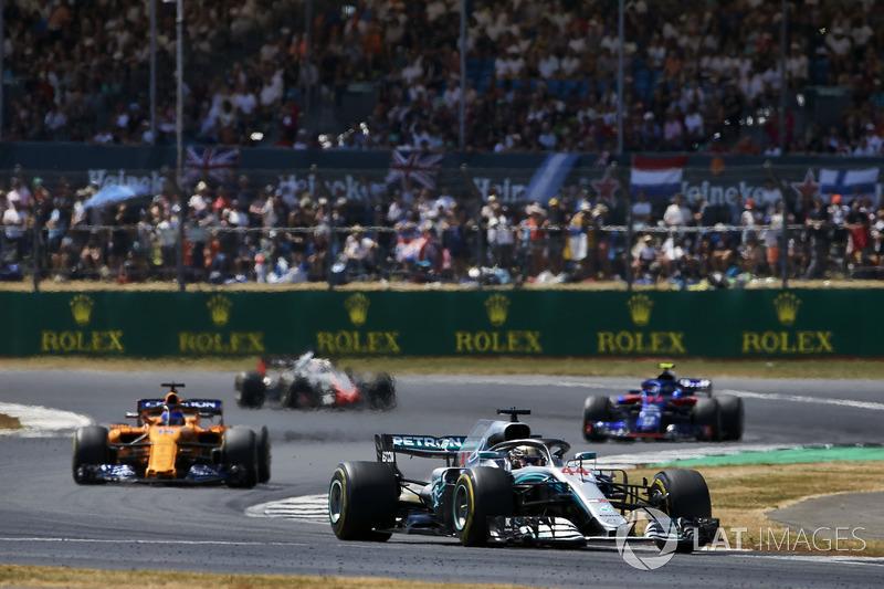 Lewis Hamilton, Mercedes AMG F1 W09, devant Fernando Alonso, McLaren MCL33, Pierre Gasly, Toro Rosso STR13, et Romain Grosjean, Haas F1 Team VF-18