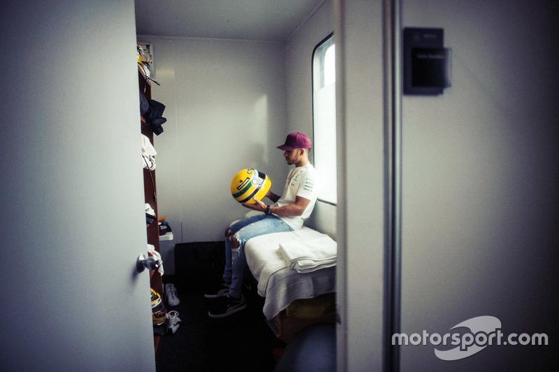 Lewis Hamilton com capacete de Ayrton Senna
