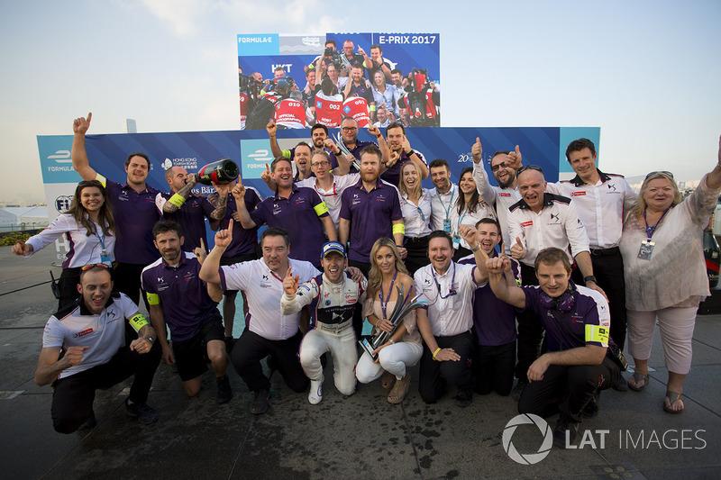 Ganador de la carrera Sam Bird, DS Virgin Racing y el equipo posan para la foto