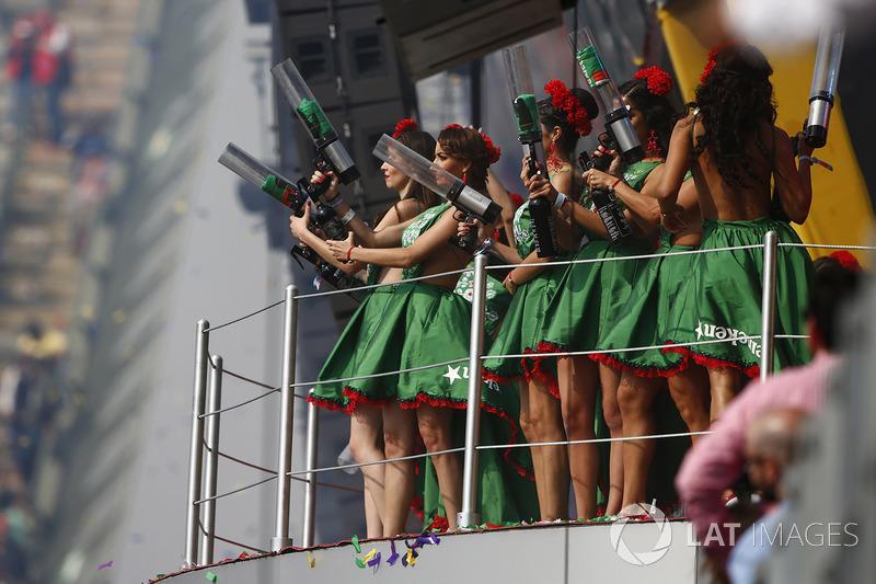 Chicas de la parrilla en el podium