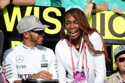 1. Lewis Hamilton, Mercedes AMG F1, feiert mit dem Team und Venus Williams, Tennisspielerin