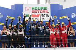 Podio LM GTE: ganadores de la carrera #99 Aston Martin Racing Aston Martin Vantage V8: Andrew Howar