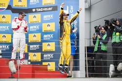 Podium: Le vainqueur Gabriele Tarquini, LADA Sport Rosneft, Lada Vesta