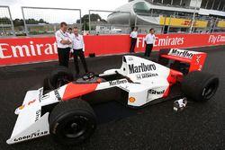 Paddy Lowe, Director Ejecutivo de Mercedes AMG F1, Stoffel Vandoorne, tercer piloto, unidades del Mc
