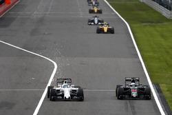 Felipe Massa, Williams FW38 et Fernando Alonso, McLaren MP4-31