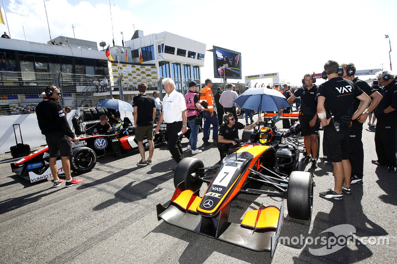 Prima fila di partenza: Callum Ilott, Van Amersfoort Racing Dallara F312 - Mercedes and Joel Eriksso