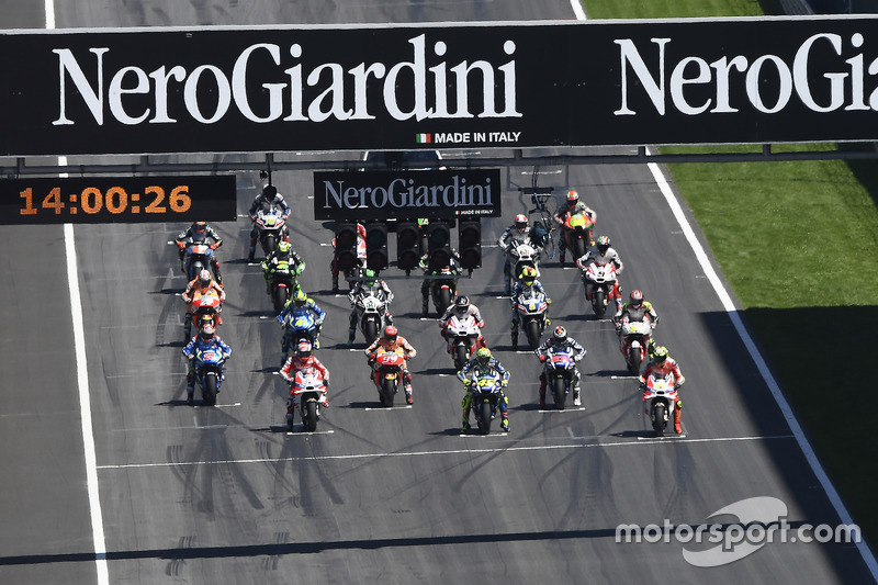 Start: Valentino Rossi, Yamaha Factory Racing, Andrea Iannone, Ducati Team on the front row