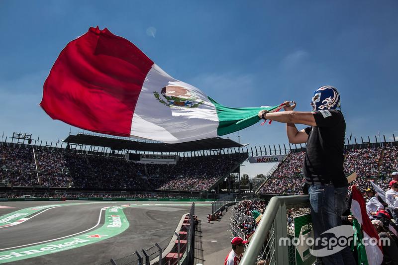 Fan ondeando a una bandera mexicana