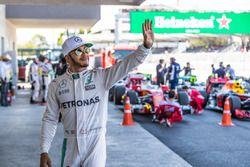 Lewis Hamilton, Mercedes AMG F1, fan celebran la Pole Position