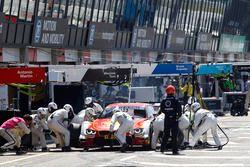 Arrêt aux stands pour Augusto Farfus, BMW Team MTEK, BMW M4 DTM