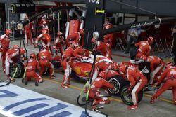 Kimi Raikkonen, Ferrari SF16-H dans les stands