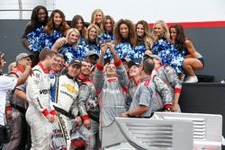 Le vainqueur Will Power, Team Penske Chevrolet, prend un selfie avec son équipe