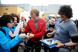 Mattias Ekström, Audi Sport Team Abt Sportsline, Audi A5 DTM schreibt Autogramme