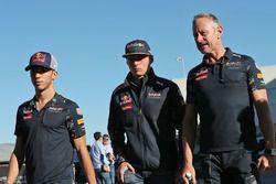 Pierre Gasly, tercer piloto de Red Bull, con Max Verstappen, Red Bull Racing y Jonathan Wheatley, Re