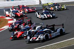 #1 Porsche Team Porsche 919 Hybrid: Timo Bernhard, Mark Webber, Brendon Hartley, #6 Toyota Racing To