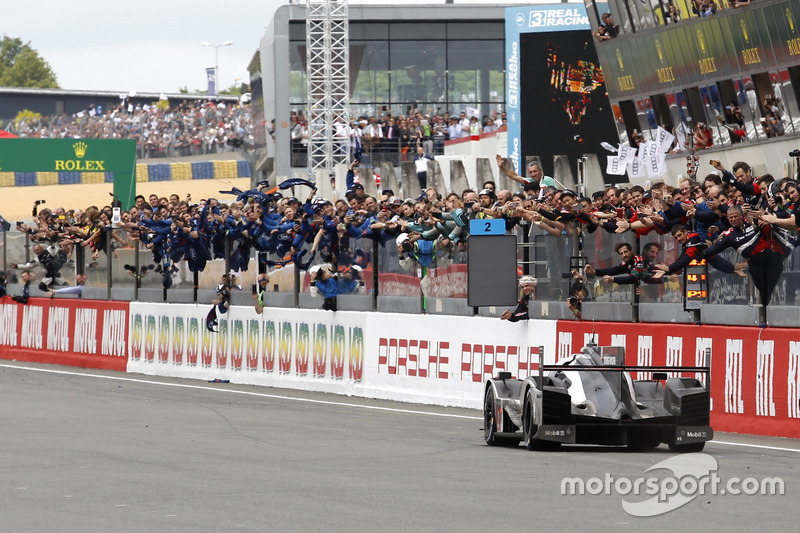 Ganador e la carrera #2 Porsche Team Porsche 919 Hybrid: Romain Dumas, Neel Jani, Marc Lieb