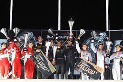 Overall podium: ganadores #58 Garage 59 McLaren 650S GT3: Rob Bell, Come Ledogar, Shane van Gisberge