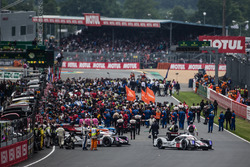 #2 Porsche Team Porsche 919 Hybrid: Romain Dumas, Neel Jani, Marc Lieb leads the field to the recon lap for the starting grid