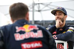 Daniel Ricciardo, Red Bull Racing discute avec Christian Horner