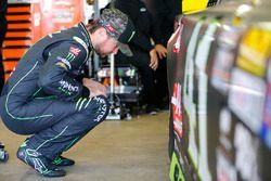 Kurt Busch, Stewart-Haas Racing Chevrolet checks his car