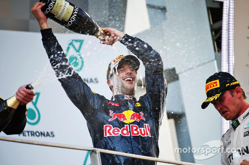 Ganador de la carrera Daniel Ricciardo, Red Bull Racing celebra en el podio con el tercer puesto Nico Rosberg, Mercedes AMG F1