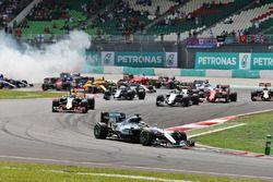 Lewis Hamilton, Mercedes AMG F1 W07 Hybrid líder al inicio de la carrera mientras Nico Rosberg, Merc