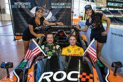 Kurt Busch en Ryan Hunter-Reay met de ROC girls