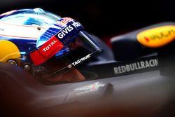 Daniel Ricciardo, Red Bull Racing se sienta en su coche en el garaje