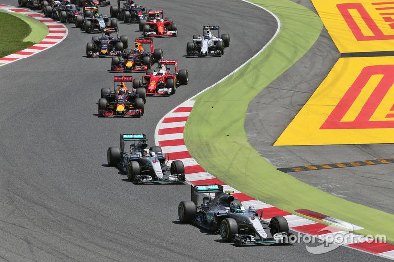 Nico Rosberg, na imagem já na liderança da prova após superar Lewis Hamilton e pouco antes do acidente que fez com que ambos abandonassem a prova, segue líder do campeonato.