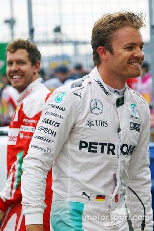 Nico Rosberg, Mercedes AMG F1 et Sebastian Vettel, Ferrari dans le parc fermé