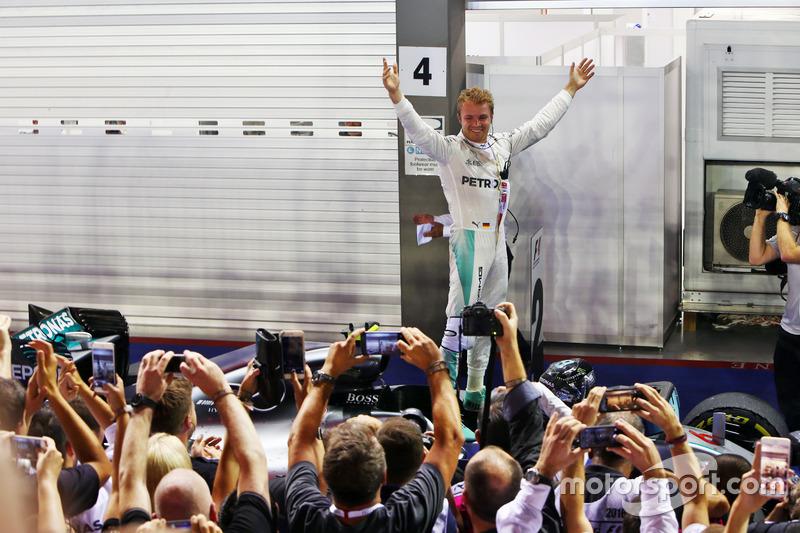 Nico Rosberg era só alegria após cruzar a linha de chegada em primeiro na corrida 200 da carreira na Fórmula 1.