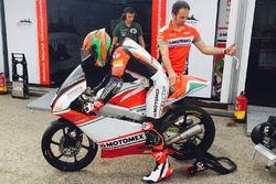 Gabriel Martínez-Abrego, Motomex Team Worldwide Race con un miembro de su equipo en el garaje
