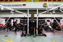 Nico Hulkenberg, Sahara Force India F1 VJM09 y Sergio Pérez, Sahara Force India F1 VJM09 pit garaje