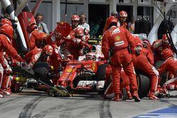 Kimi Raikkonen, Ferrari SF16-H en los pits