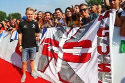 Kevin Magnussen, Renault Sport F1 Team with fans