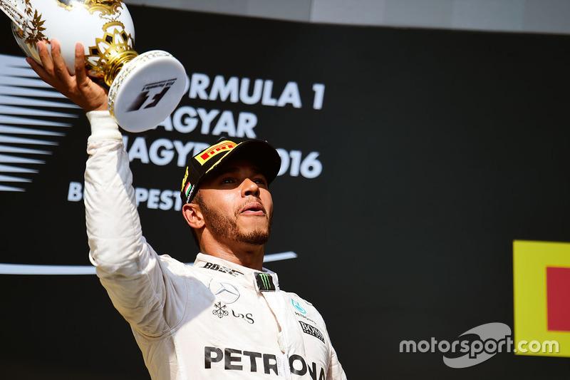 Não, o troféu tem dono. É Lewis Hamilton, que venceu o GP da Hungria.