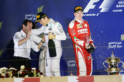 Podium : le vainqueur Nico Rosberg, Mercedes AMG F1 Team, Aldo Costa, directeur de l'ingénierie de Mercedes AMG F1, et le 2e Kimi Räikkönen, Ferrari